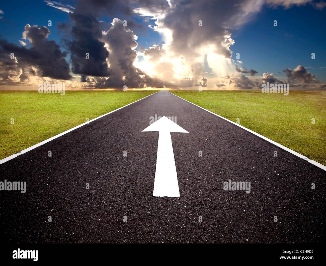 La route au lever du soleil et de l'avant mark Photo Stock