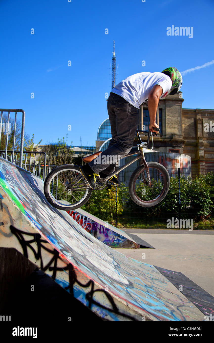 Les motards BMX tricks sur une rampe Photo Stock