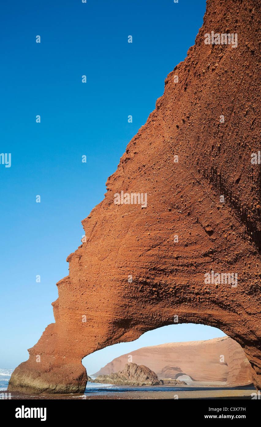 Rock arches sur la plage de Legzira sur l'océan Atlantique, 11 km au nord de la ville de Sidi Ifni, dans Photo Stock