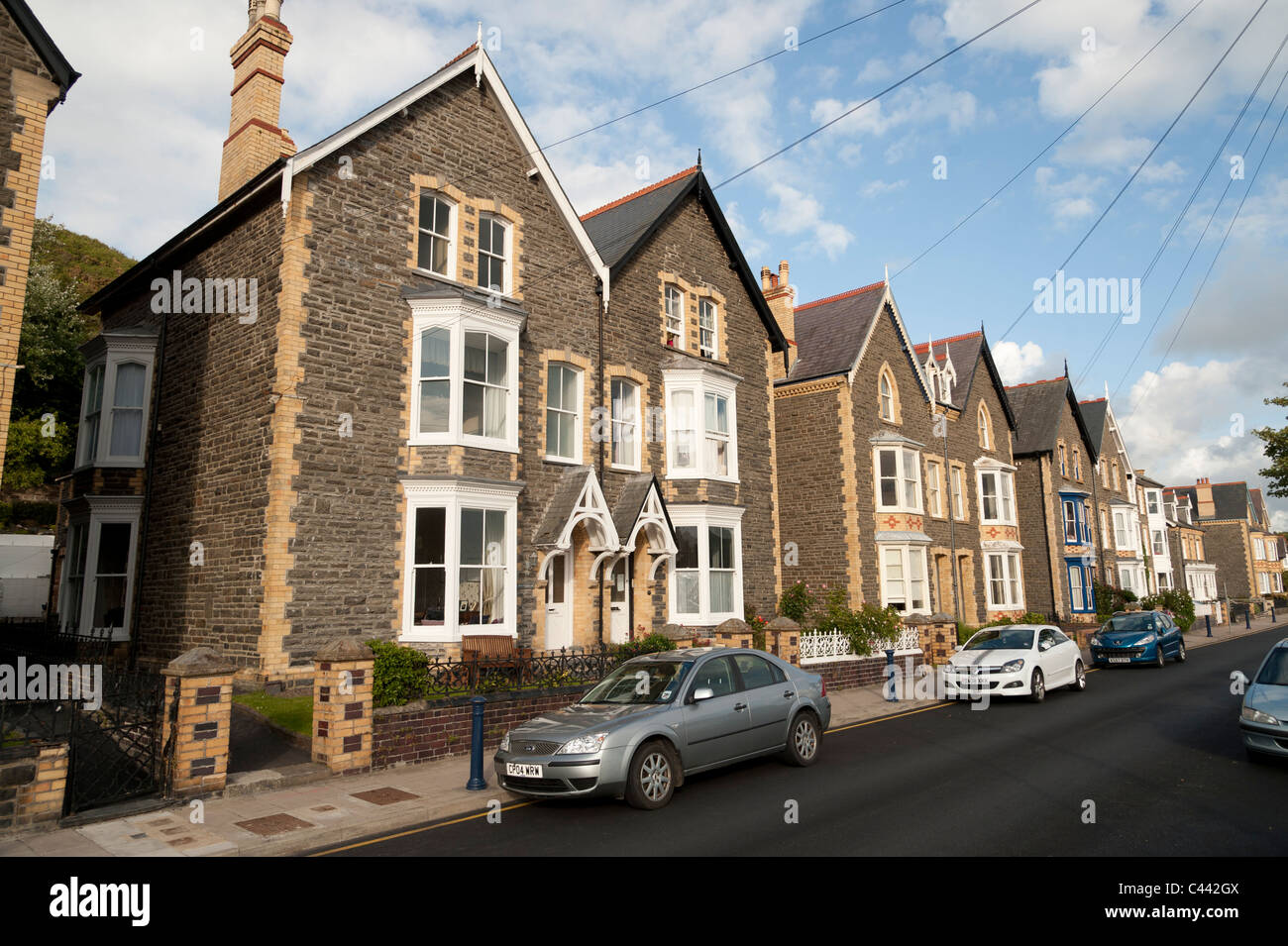 Une rangée de solidement construit 1930 maisons de ville jumelée à Aberystwyth, Ceredigion, pays Photo Stock