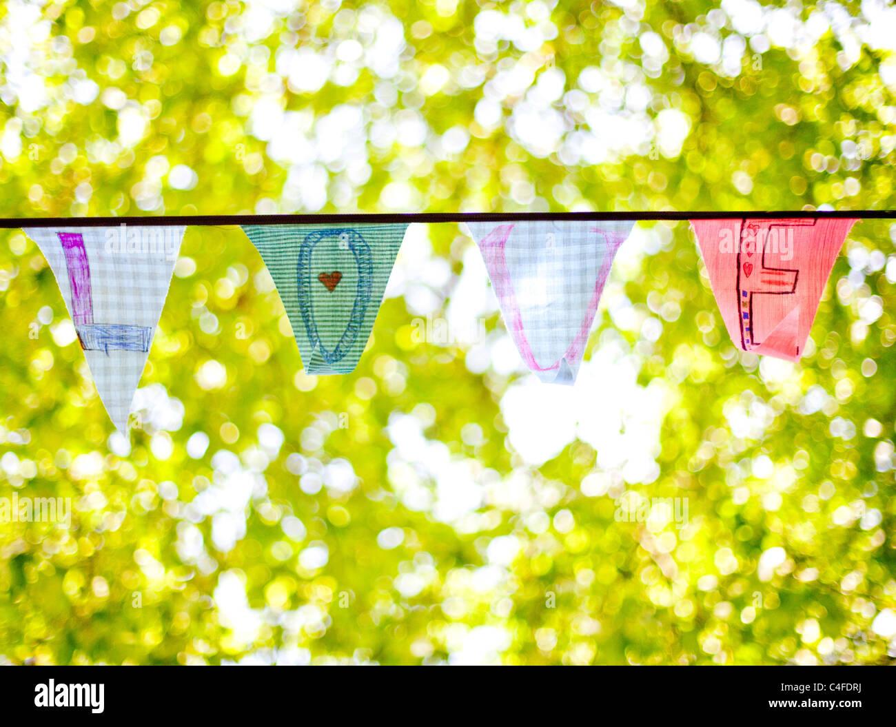 Une ligne de banderoles drapeaux orthographe 'Amour' Photo Stock
