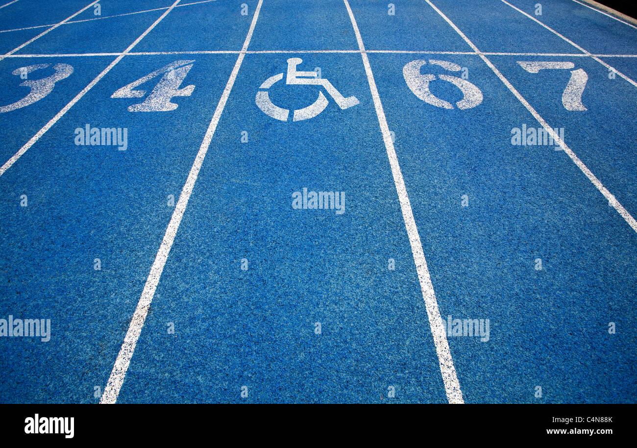 L'icône en fauteuil roulant Handicap superposée sur une piste de course. Photo Stock