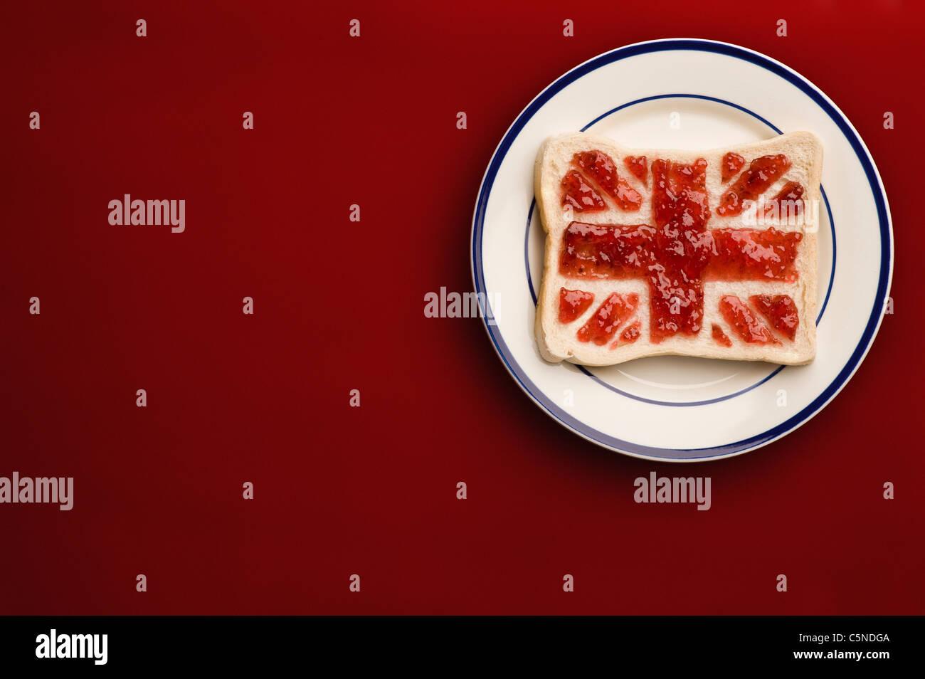 Une tranche de pain avec un Union Jack flag de la confiture de fraise Photo Stock