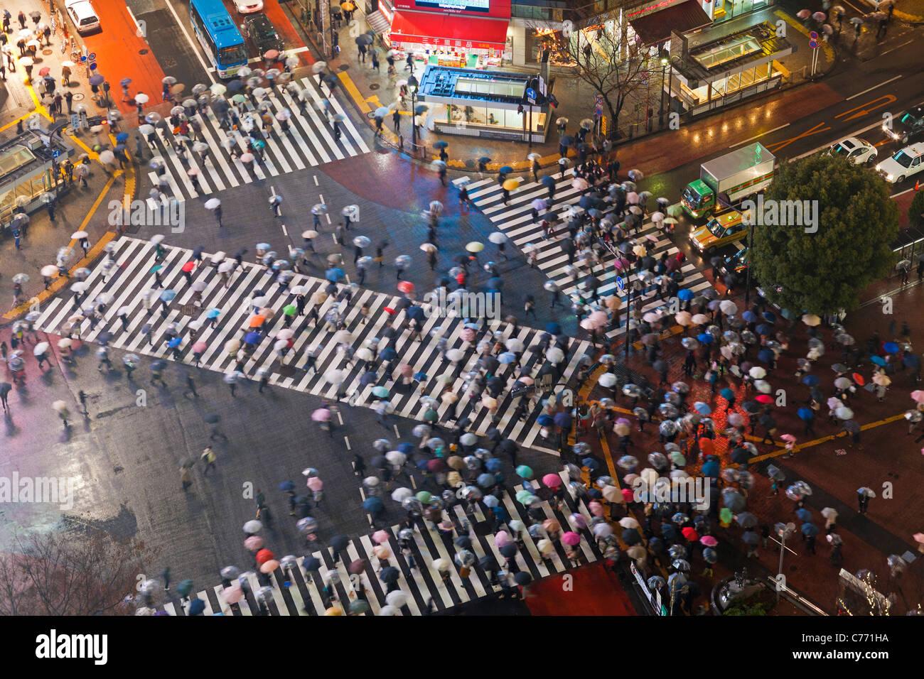 L'Asie, Japon, Tokyo, Shibuya, Shibuya Crossing - des foules de personnes traversant le fameux passages pour Photo Stock