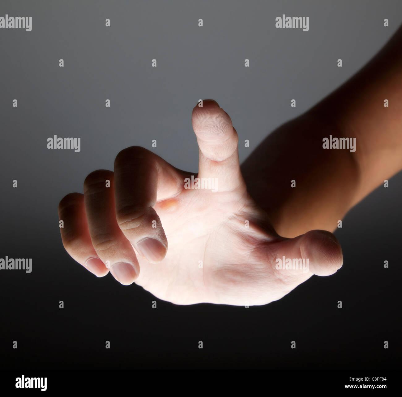 Toucher la main dans le noir Photo Stock