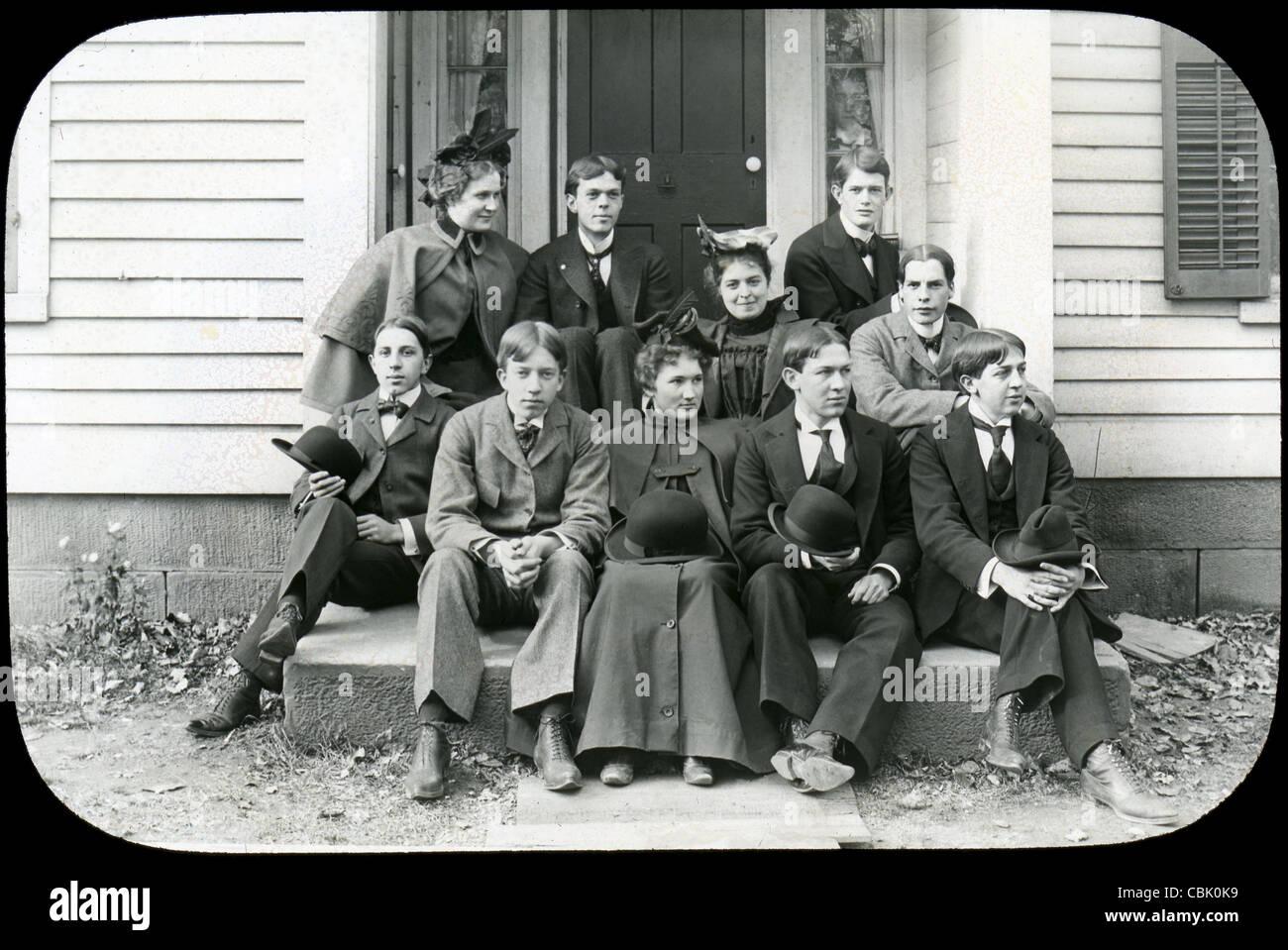 Vers 1900 photographie ancienne d'un groupe de jeunes hommes et femmes. Photo Stock