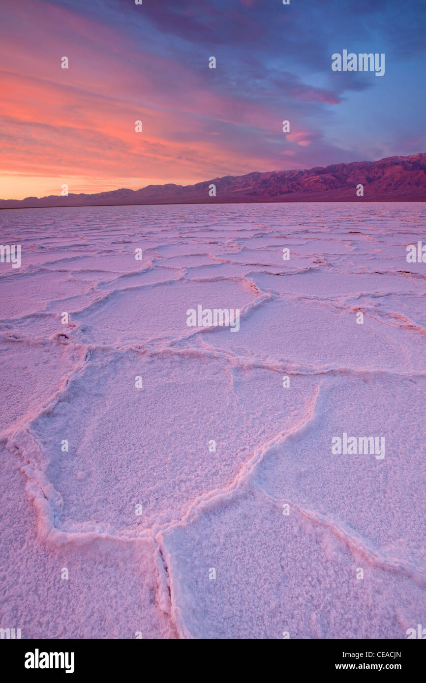 Lever du soleil sur les polygones de sel et de motifs à Badwater Salt Flats dans Death Valley National Park, Photo Stock
