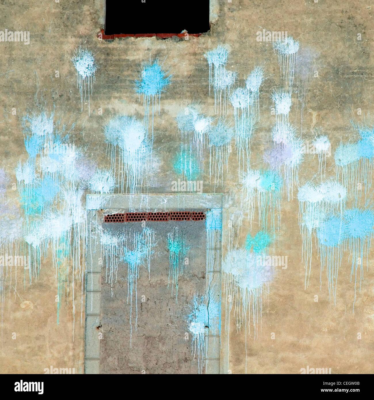 L'avant du bâtiment vide avec des taches de peinture bleu Photo Stock