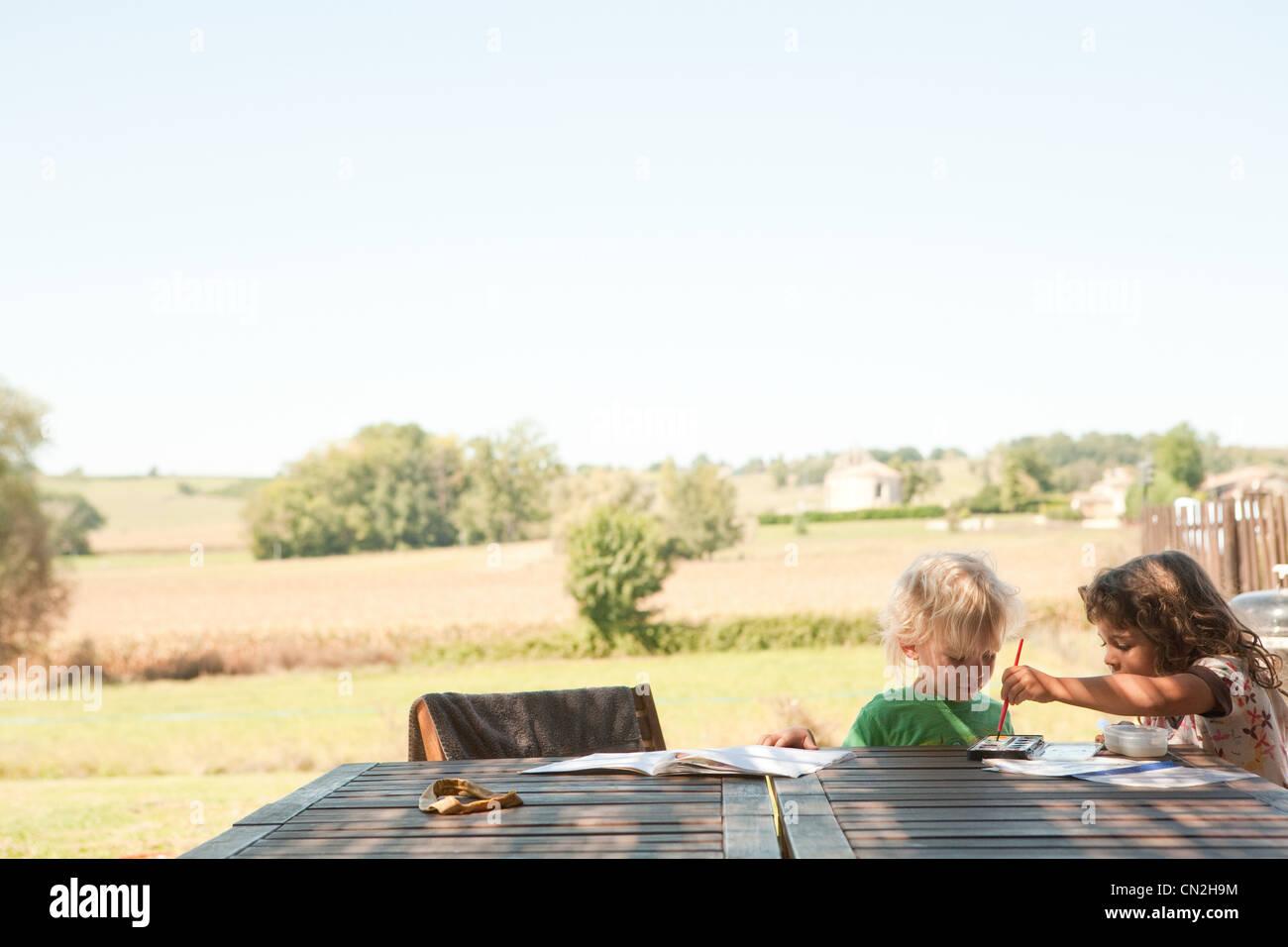 Frère et sœur à l'extérieur peinture Photo Stock