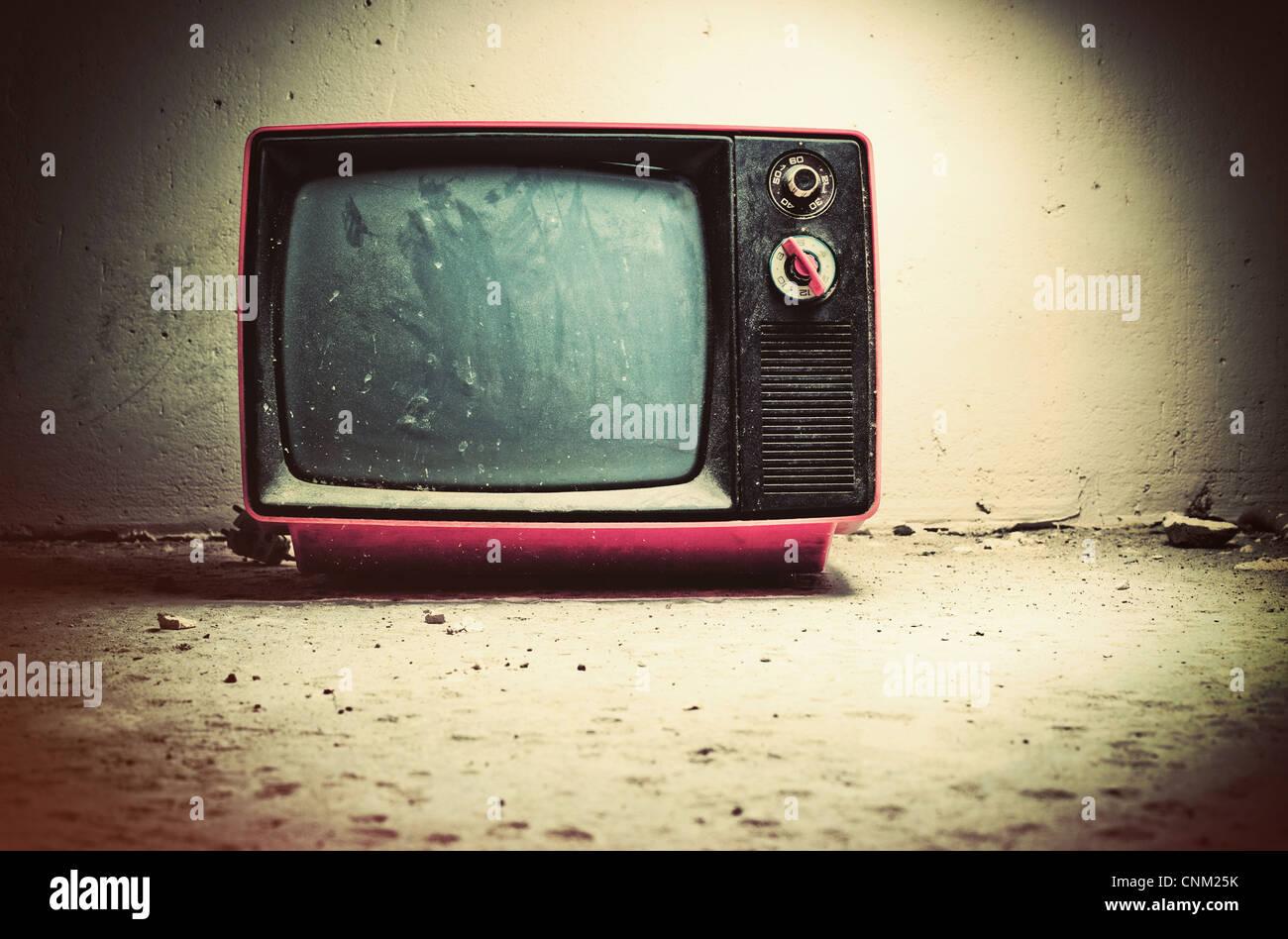 Vieux téléviseur dans la chambre. Couleurs style rétro. Photo Stock