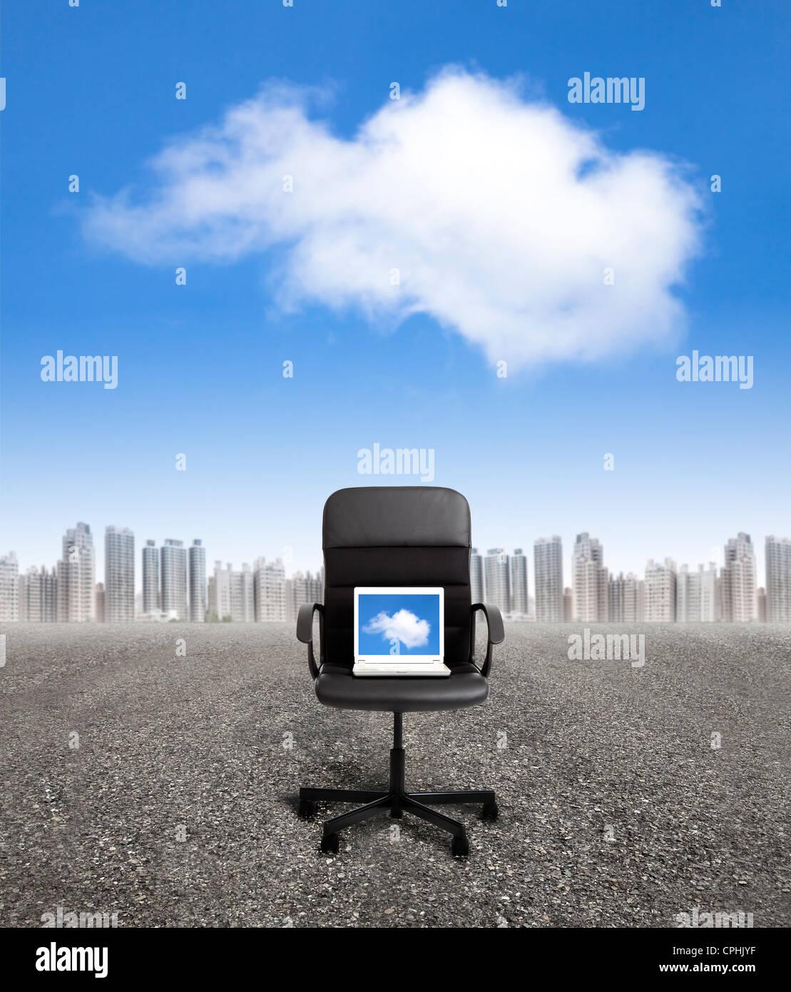 Ordinateur sur la chaise de bureau et business cloud computing concept Photo Stock