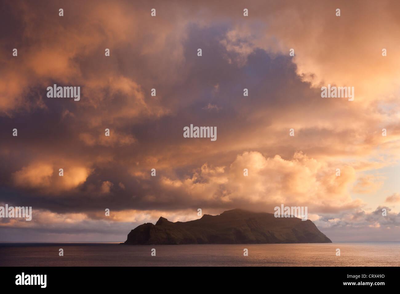 Spectaculaire coucher de ciel au-dessus de l'île de Mykines, aux îles Féroé. Printemps (mai) Photo Stock