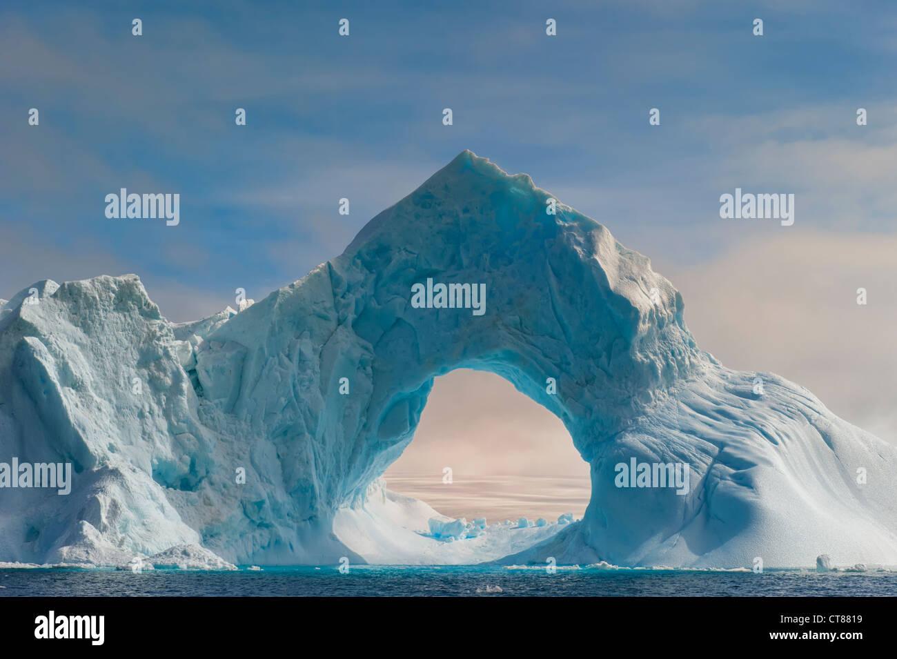 Arche naturelle taillée dans un iceberg, le son de l'Antarctique, Péninsule Antarctique Photo Stock