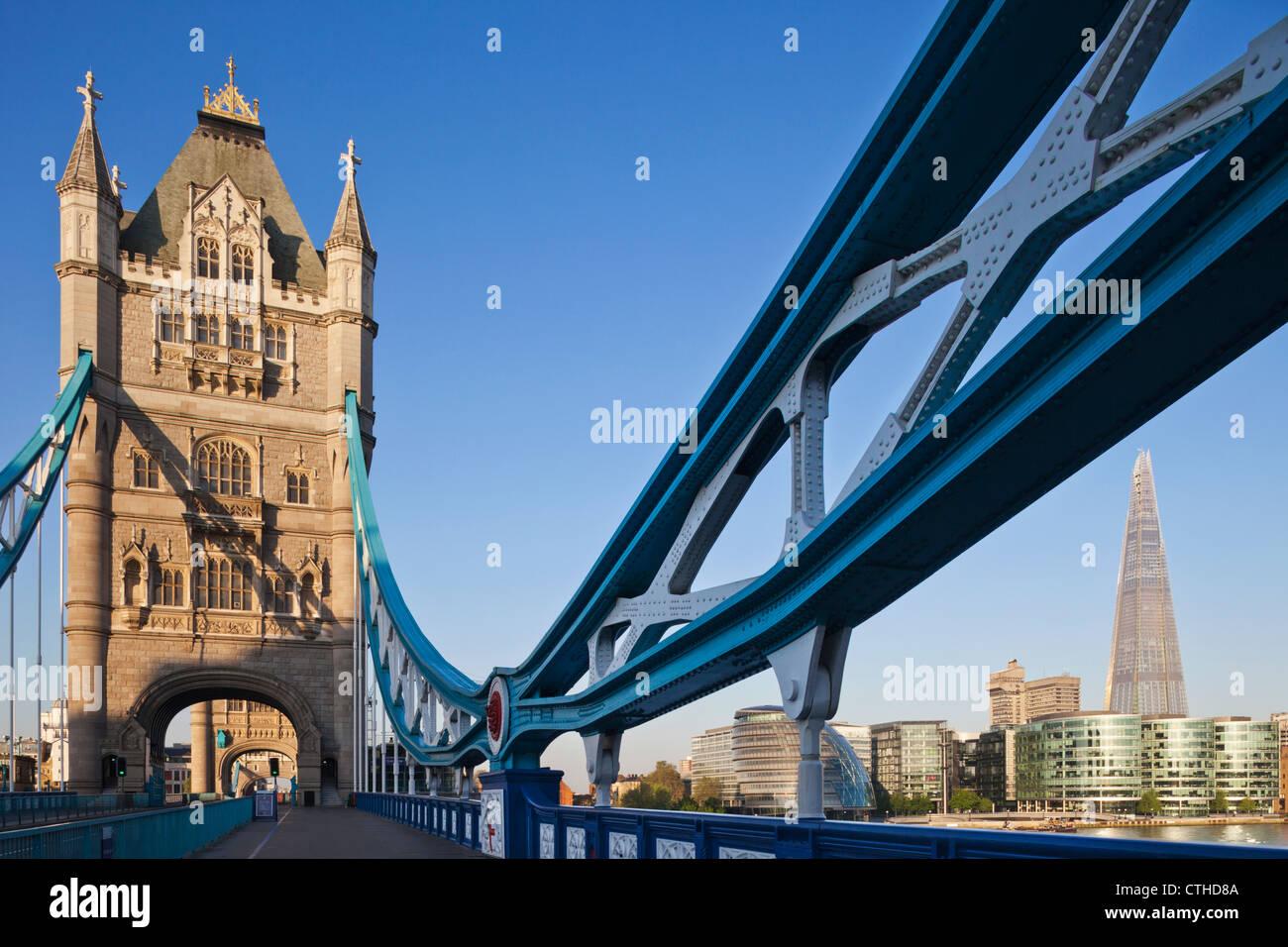 L'Angleterre, Londres, Southwark, le Tower Bridge et le tesson Photo Stock