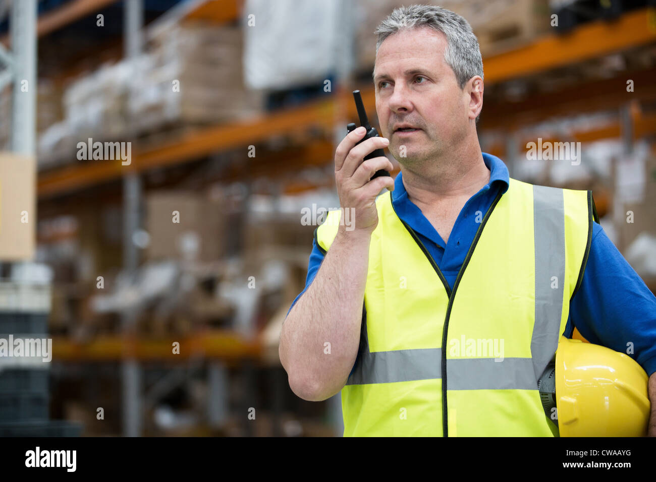 L'homme sur talkie walkie en entrepôt Photo Stock