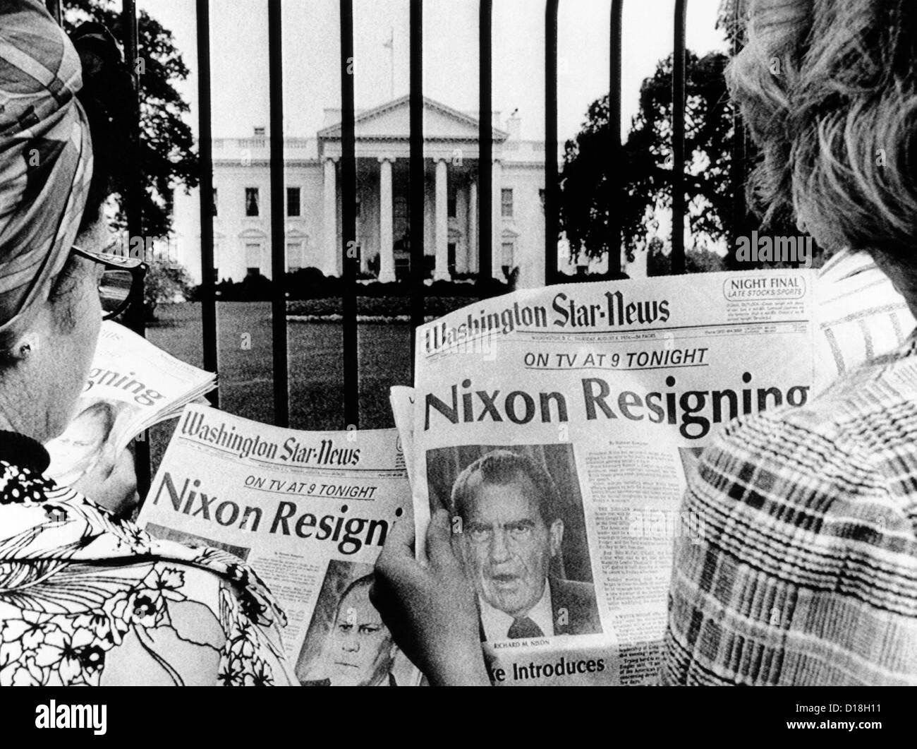 Les touristes en face de la Maison Blanche lire les gros titres, 'Nixon démissionne.' Le 8 août Photo Stock