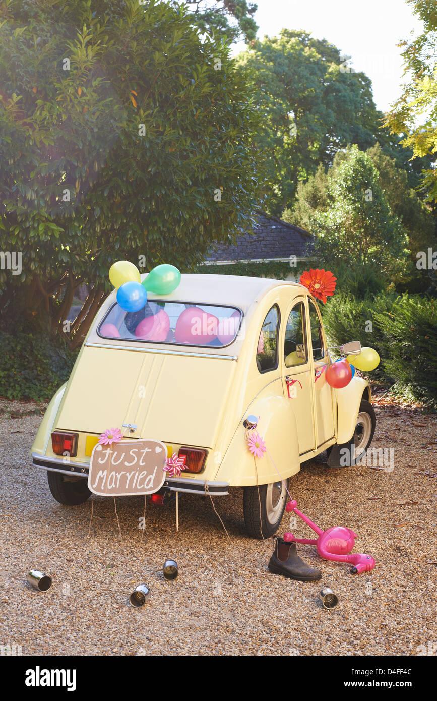 La voiture de jeunes mariés avec des ballons décorés Photo Stock