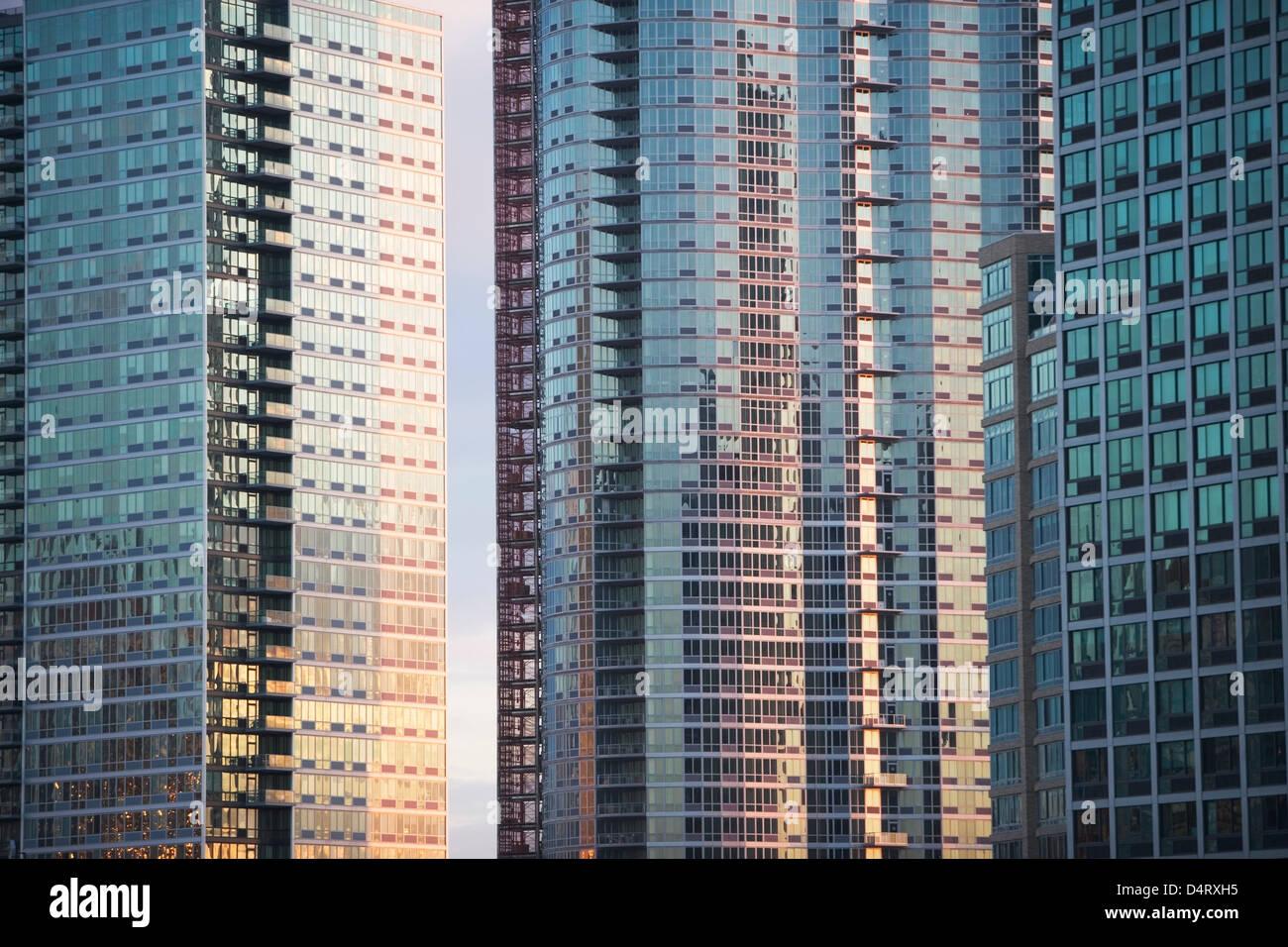 Les fenêtres des gratte-ciel urbain Photo Stock