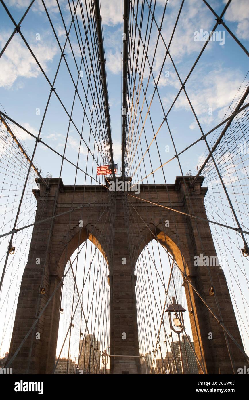 Pont de Brooklyn sous ciel bleu Photo Stock