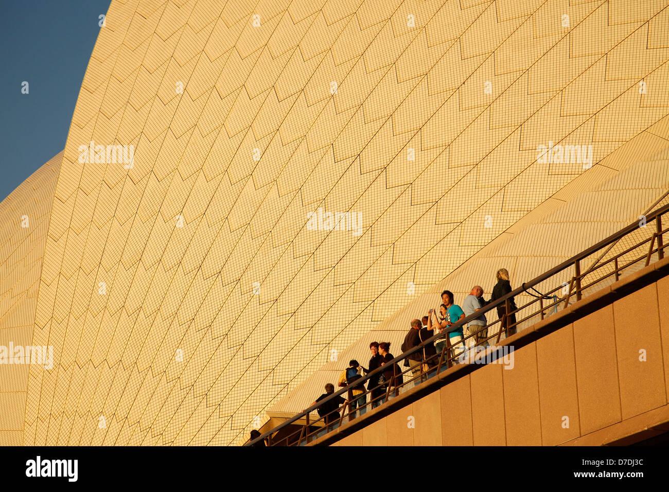 Les touristes en face de l'immense toit du célèbre opéra de Sydney, New South Wales, Australia Photo Stock