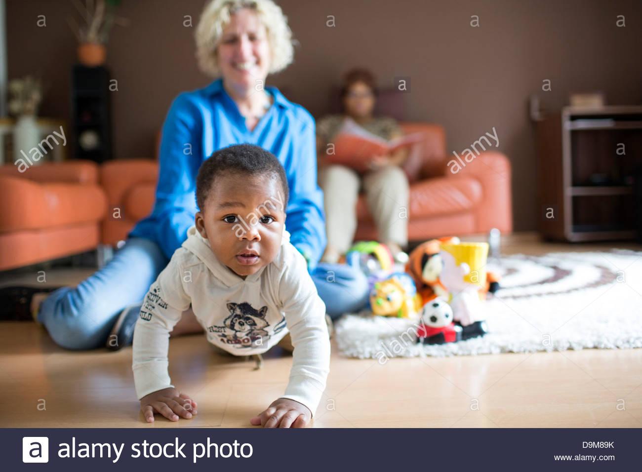 Femme jouant avec son bébé adopté boy Photo Stock