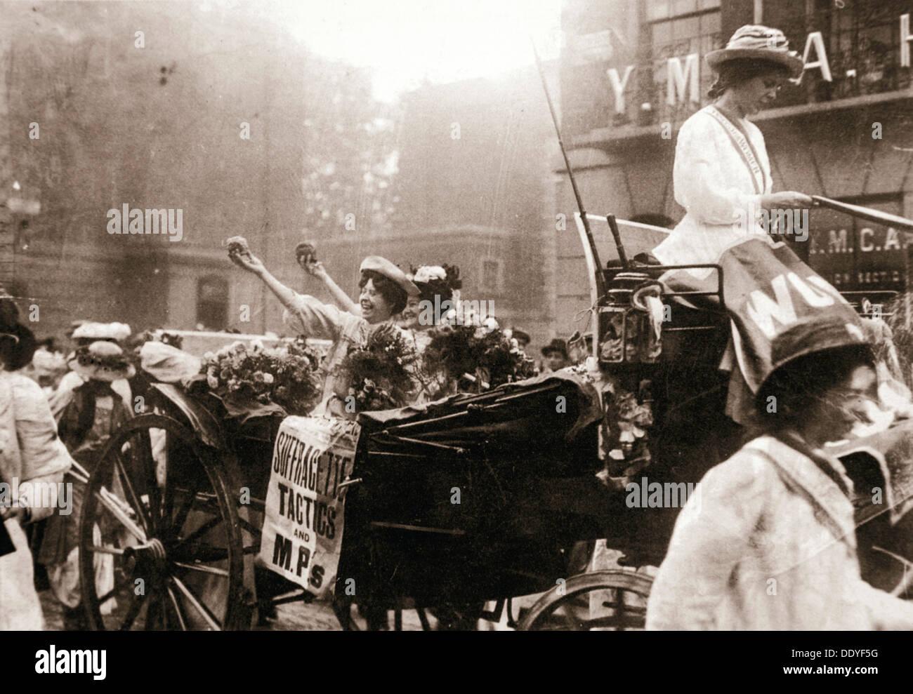 Deux suffragettes, célébrer leur libération de la prison de Holloway, à Londres, le 22 août 1908. Artiste: Inconnu Banque D'Images