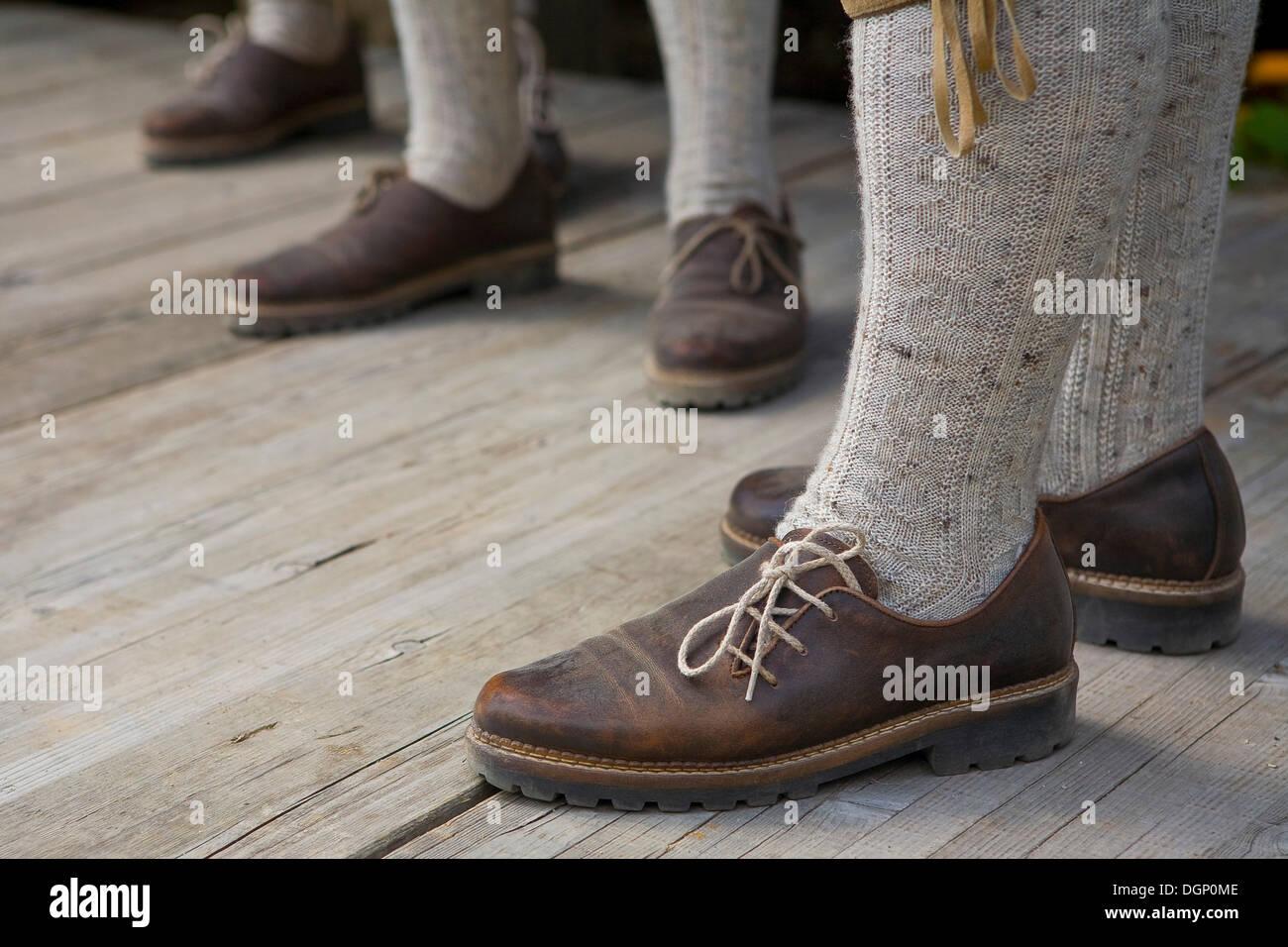 Costume traditionnel tyrolien, détail des pieds, dans le Tyrol du Sud, Italie, Europe Photo Stock
