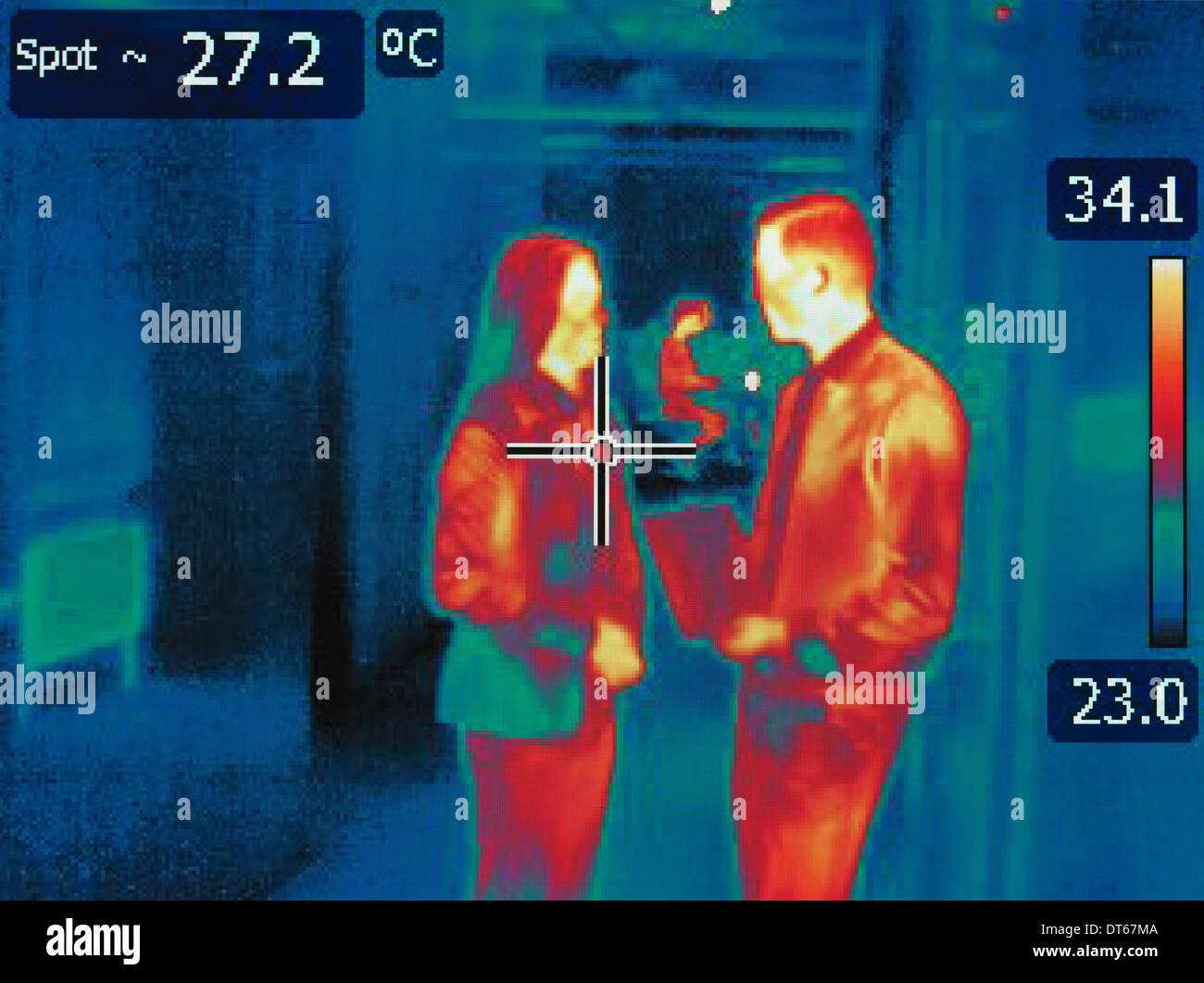 La chaleur infrarouge de droit des employés de bureau en discussion Photo Stock
