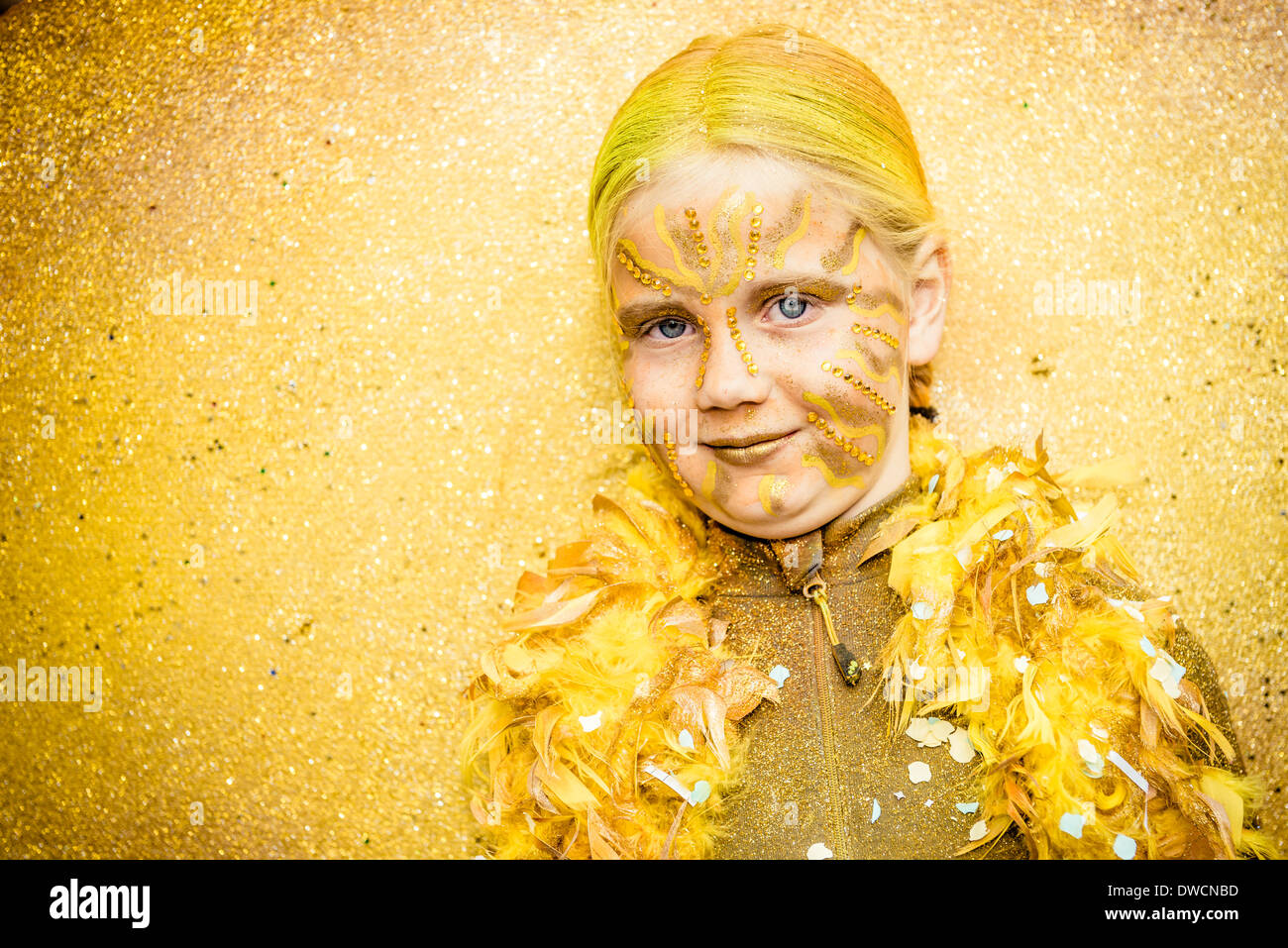 Sitges, Espagne. Mars 4th, 2014: Une jeune fille dans un costume de fantaisie pendant les danses le défilé Photo Stock