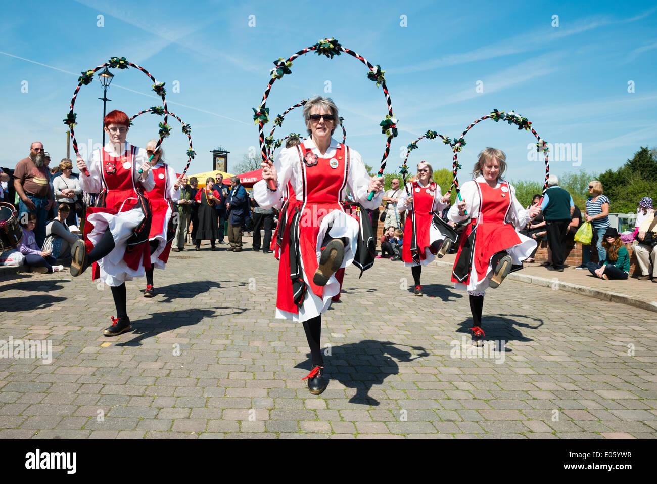 Upton sur Severn, Worcestershire, Royaume-Uni. 3 mai 2014 danseurs folkloriques divertir les gens sur une belle Photo Stock