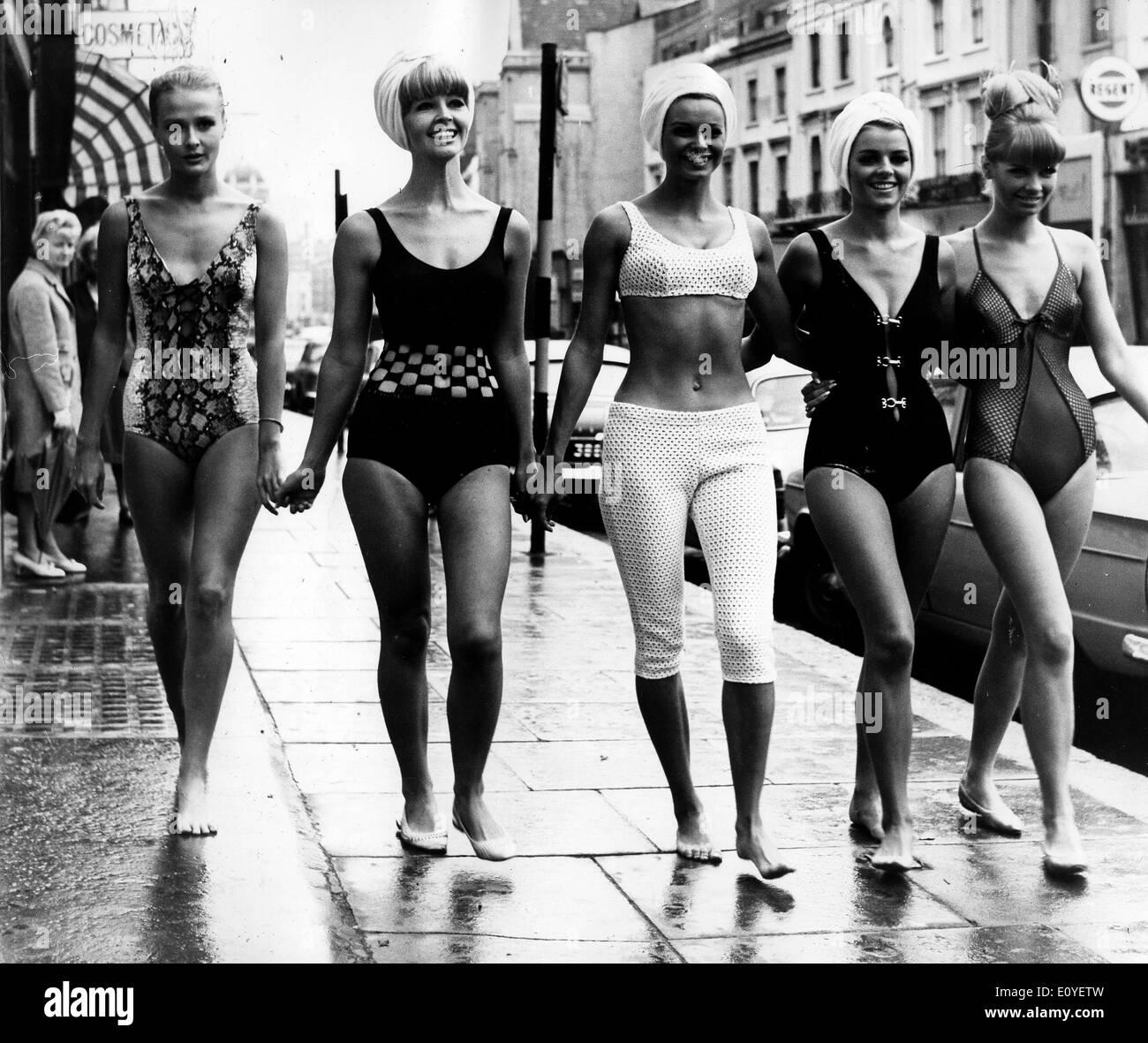 https://c7.alamy.com/compfr/e0yetw/01-janv-1970-londres-angleterre-royaume-uni-photo-1960-des-annees-70-jeunes-filles-posant-en-bikini-dans-des-defiles-de-mode-les-pousses-et-sur-les-plages-de-bronzage-selon-la-version-officielle-le-bikini-moderne-a-ete-invente-par-l-ingenieur-francais-louis-et-rekard-fashion-designer-jacques-heim-a-paris-en-1946-et-a-presente-le-5-juillet-a-un-defile-a-piscine-molitor-a-paris-c-etait-un-bikini-avec-un-g-string-dos-e0yetw.jpg