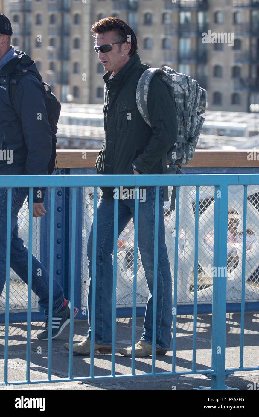 Discussion sur l'Etoile du 20 février   2021 Acteur-sean-penn-le-tournage-de-son-nouveau-film-l-homme-arme-sur-le-tower-bridge-a-londres-la-scene-dispose-d-un-helicoptere-volant-bas-au-dessus-de-l-emblematique-monument-londres-comme-penn-promenades-sur-la-tamise-avec-sean-penn-ou-london-royaume-uni-quand-08-aout-2013-e3a8ed