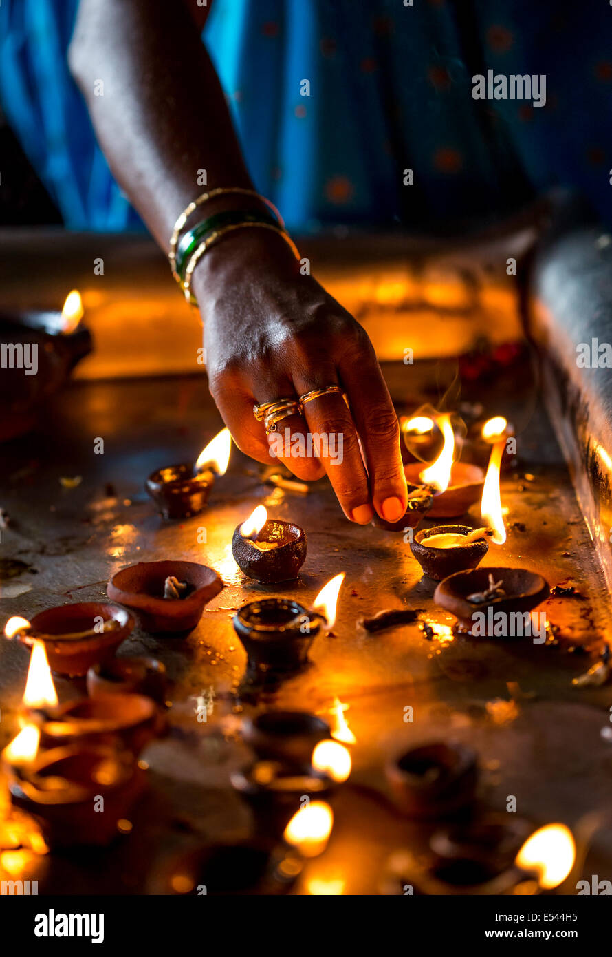 Bougies allumées dans le temple indien. Diwali - la fête des lumières. Photo Stock