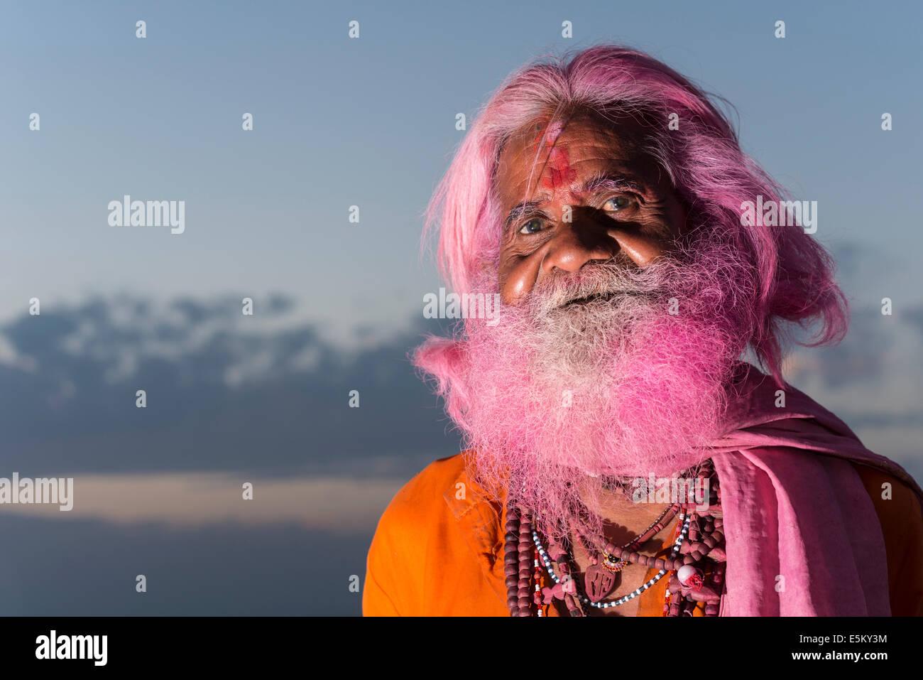 Portrait d'un vieil homme avec une barbe rose au festival de Holi, Vrindavan, Uttar Pradesh, Inde Photo Stock