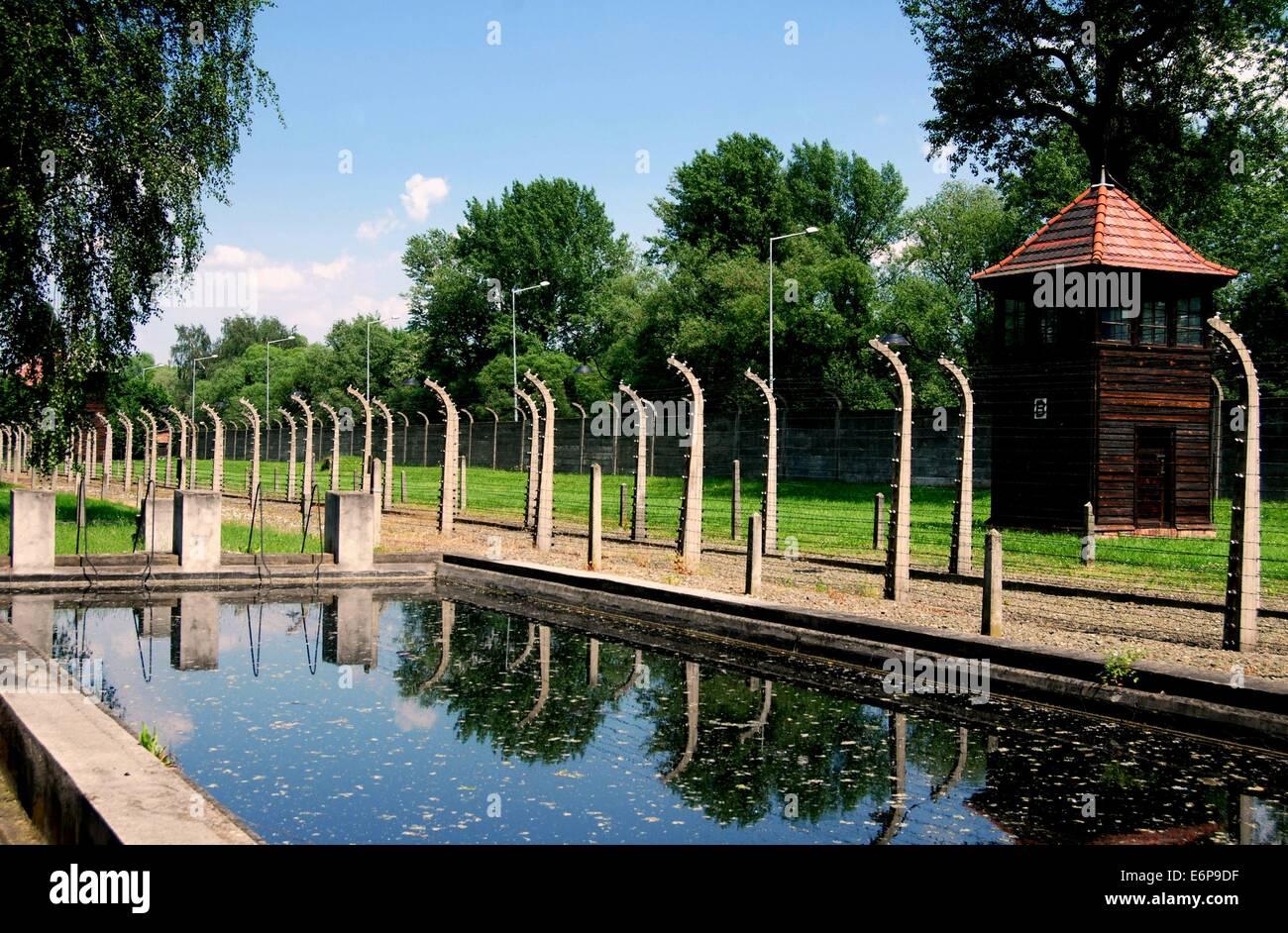 auschwitz-pologne-piscine-nazis-construit-pour-montrer-aux-observateurs-de-la-croix-rouge-que-les-prisonniers-a-auschwitz-avait-une-bonne-vie-e6p9df.jpg