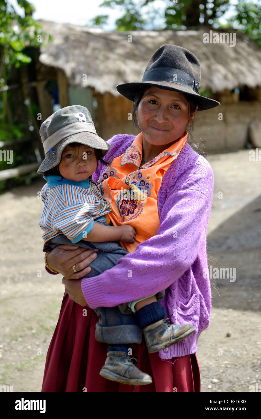 Mère en costume traditionnel avec l'enfant, Chuquis, Huanuco, Pérou Province Photo Stock