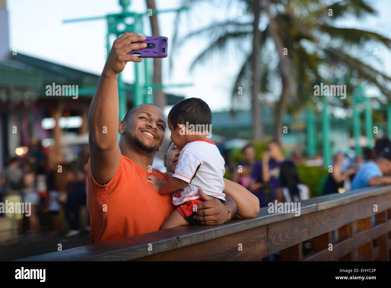 Selfies famille. La mère du père et fils à la Guancha. Ponce, Porto Rico. Le territoire américain. Photo Stock