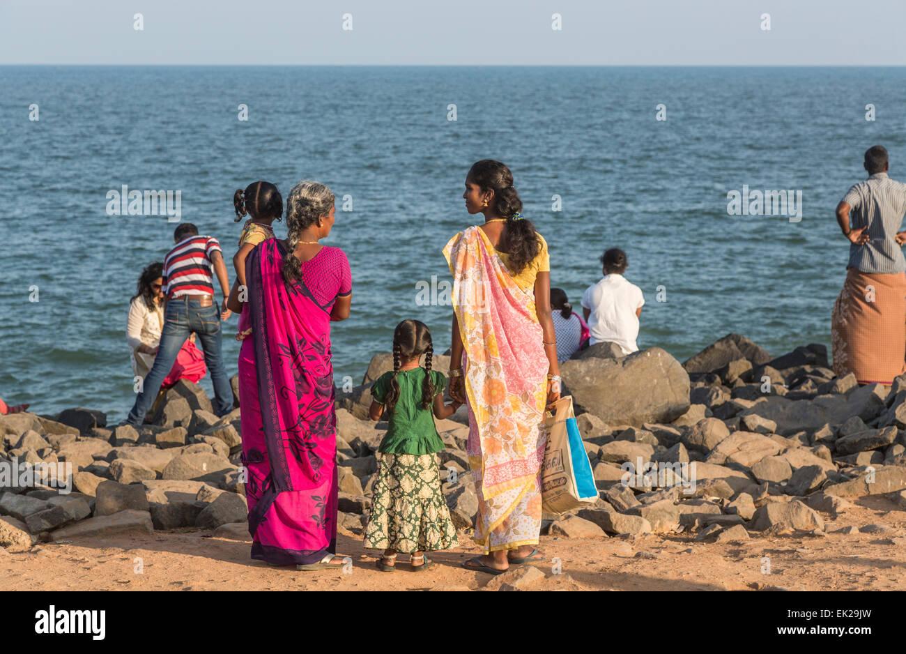 Famille d'Indiens locaux sur la plage à Pondichéry, ou Puducherry, Tamil Nadu, Inde du sud Photo Stock