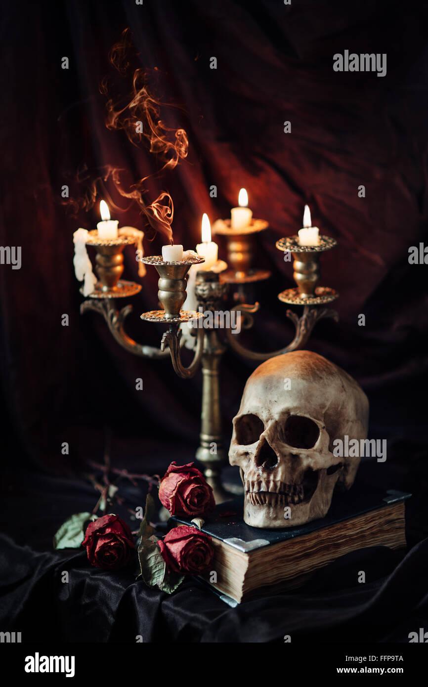 Nature morte au crâne, livre et bougeoir Photo Stock