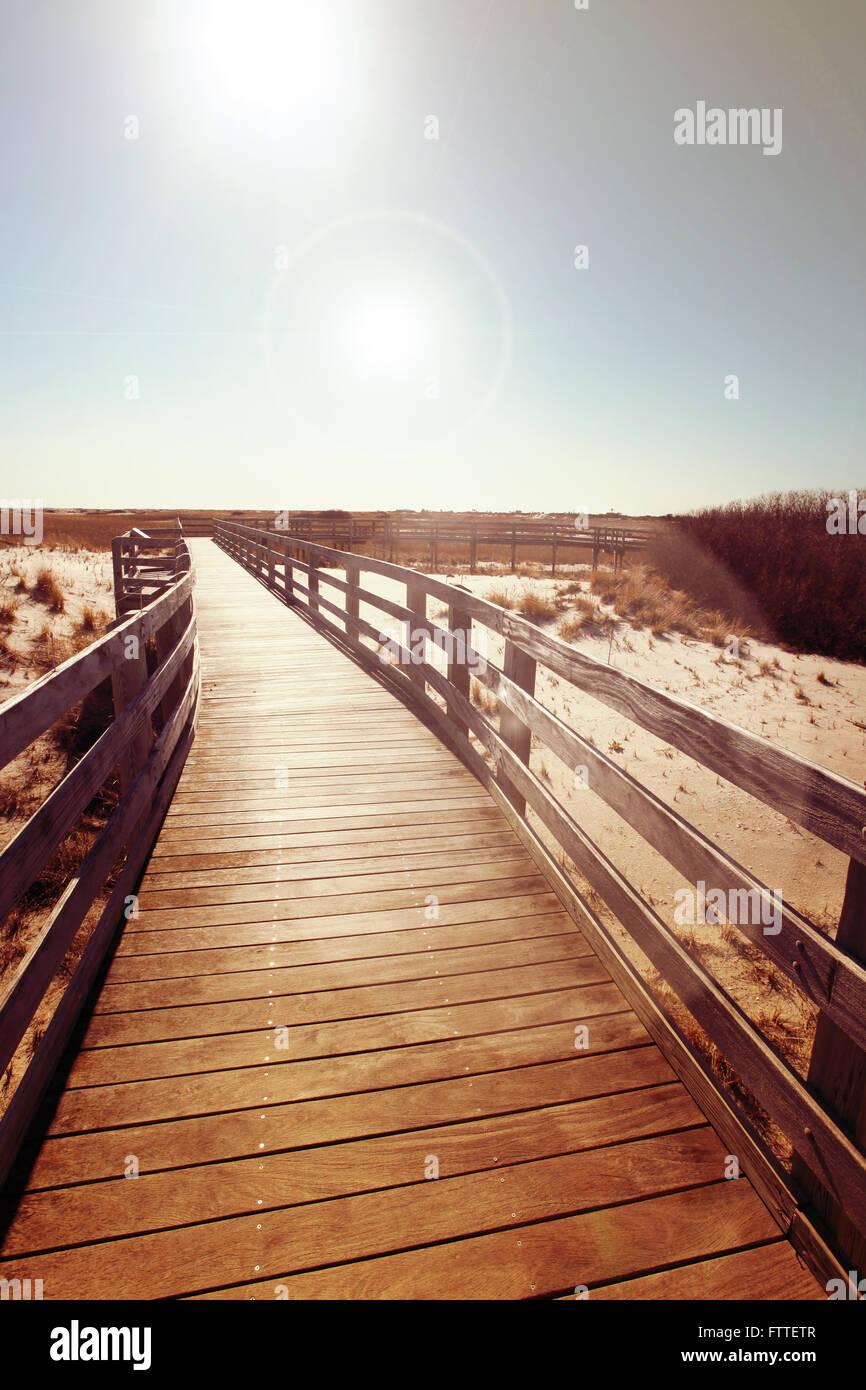 Promenade en bois près de dunes Photo Stock