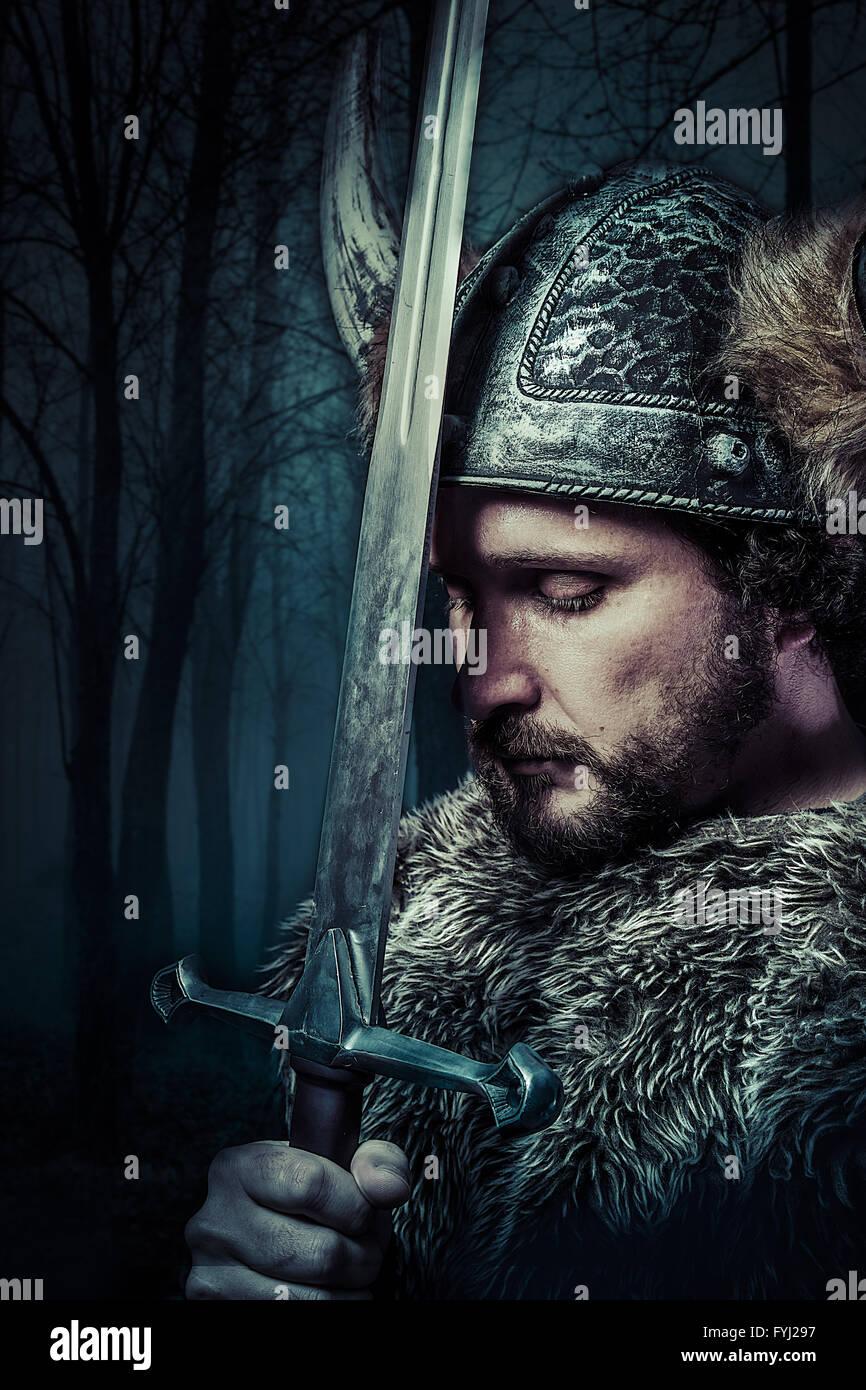 La paix, guerrier viking, homme habillé en style barbare avec épée, barbus Photo Stock