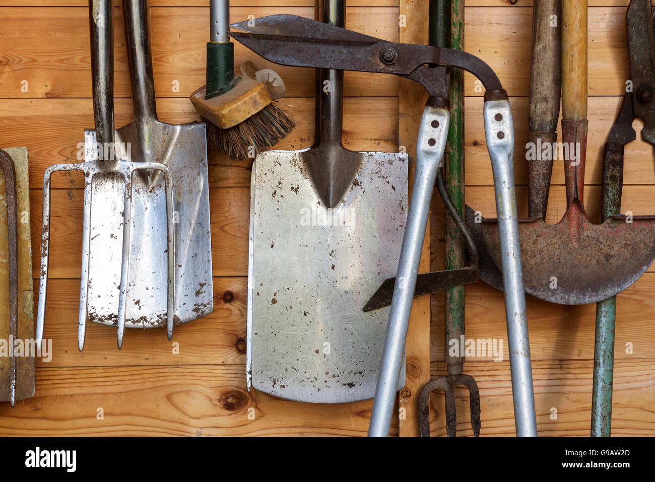 outils de jardin suspendu dans une cabane en bois banque d'images