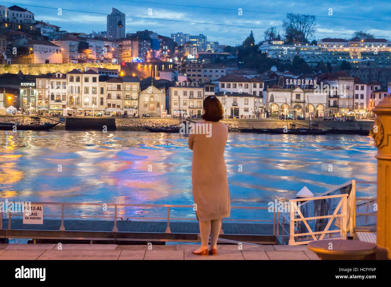 La figure solitaire d'une femme sur la Ribeira à au port de ressourcement, Vila Nova de Gaia, Douro, Porto, Portugal, Banque D'Images