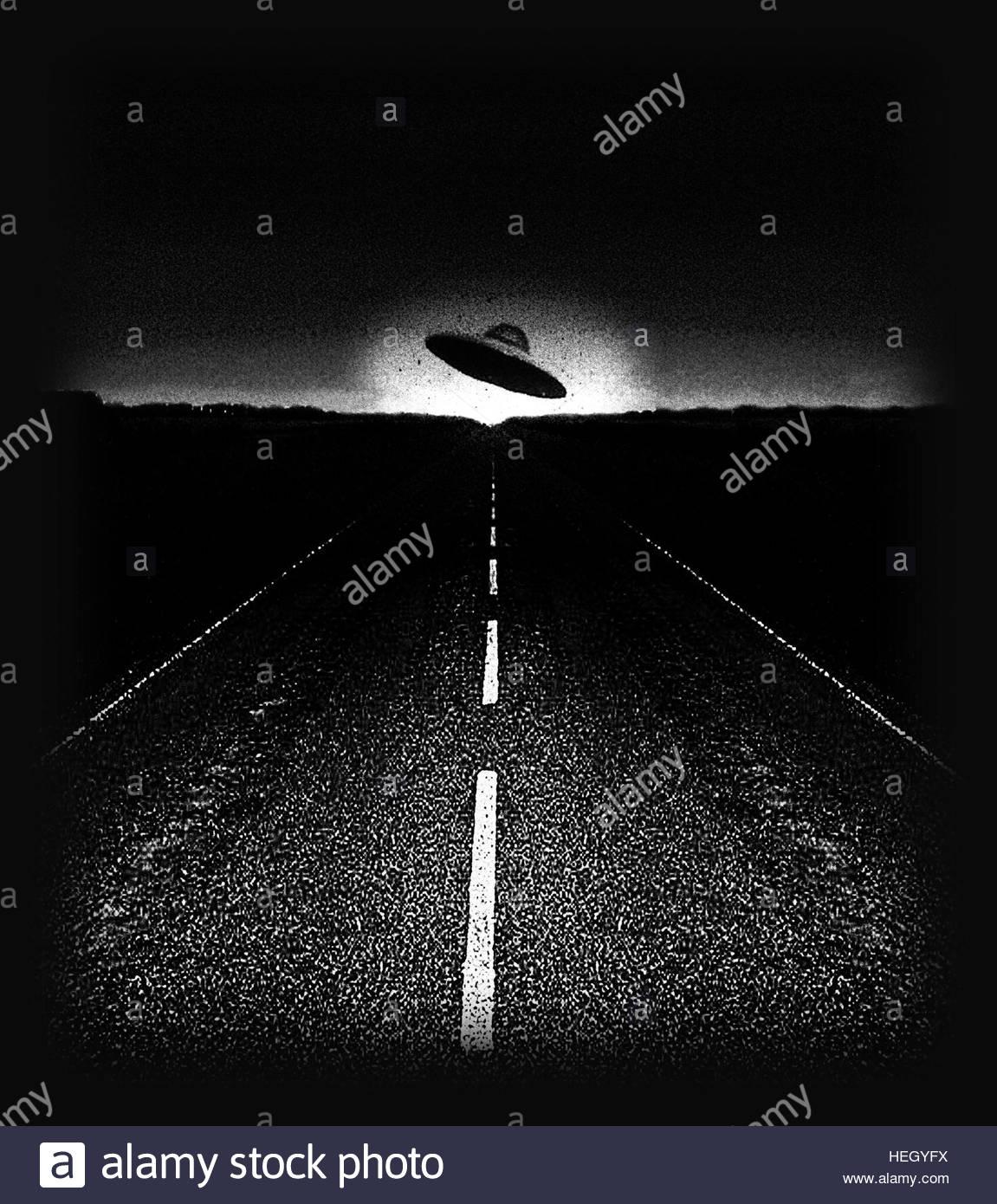 Ovni sur route à l'âge de l'espace rétro nuit soucoupe volant gris rencontre proche Photo Stock