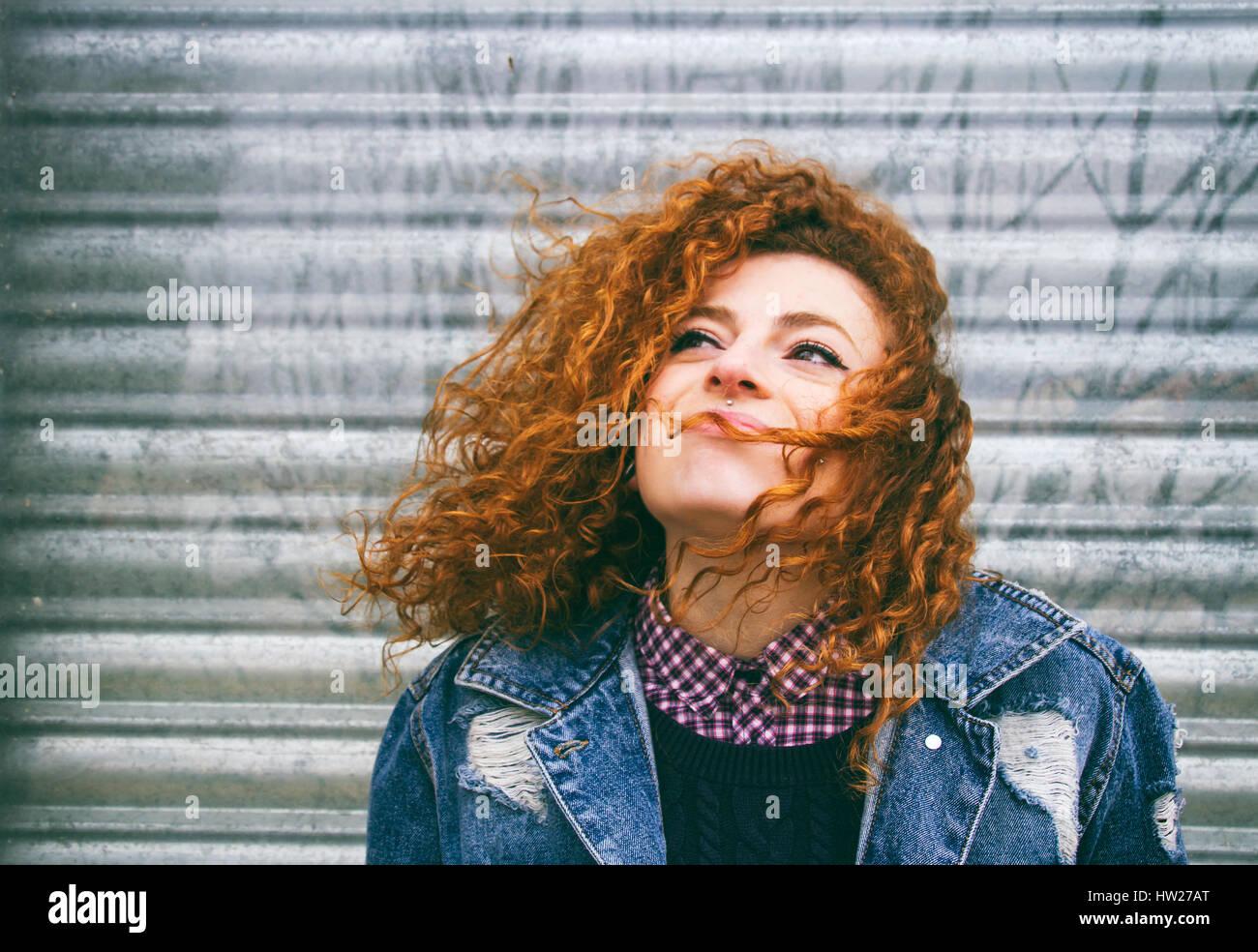 Portrait d'une jeune femme rousse grunge Banque D'Images