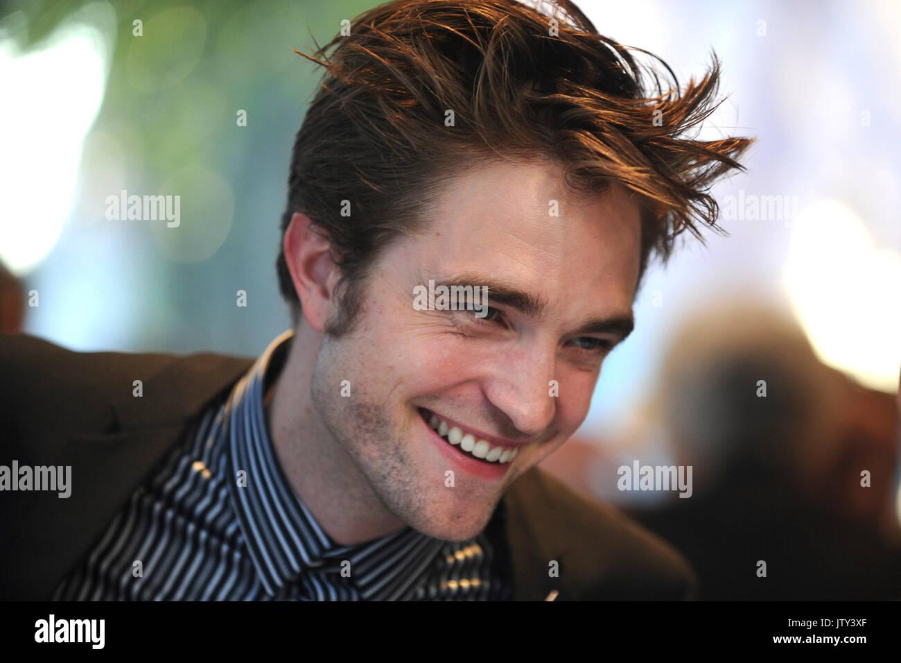 Robert Pattinson assiste à la première de new york 'bon temps' au théâtre sva le 8 août Photo Stock
