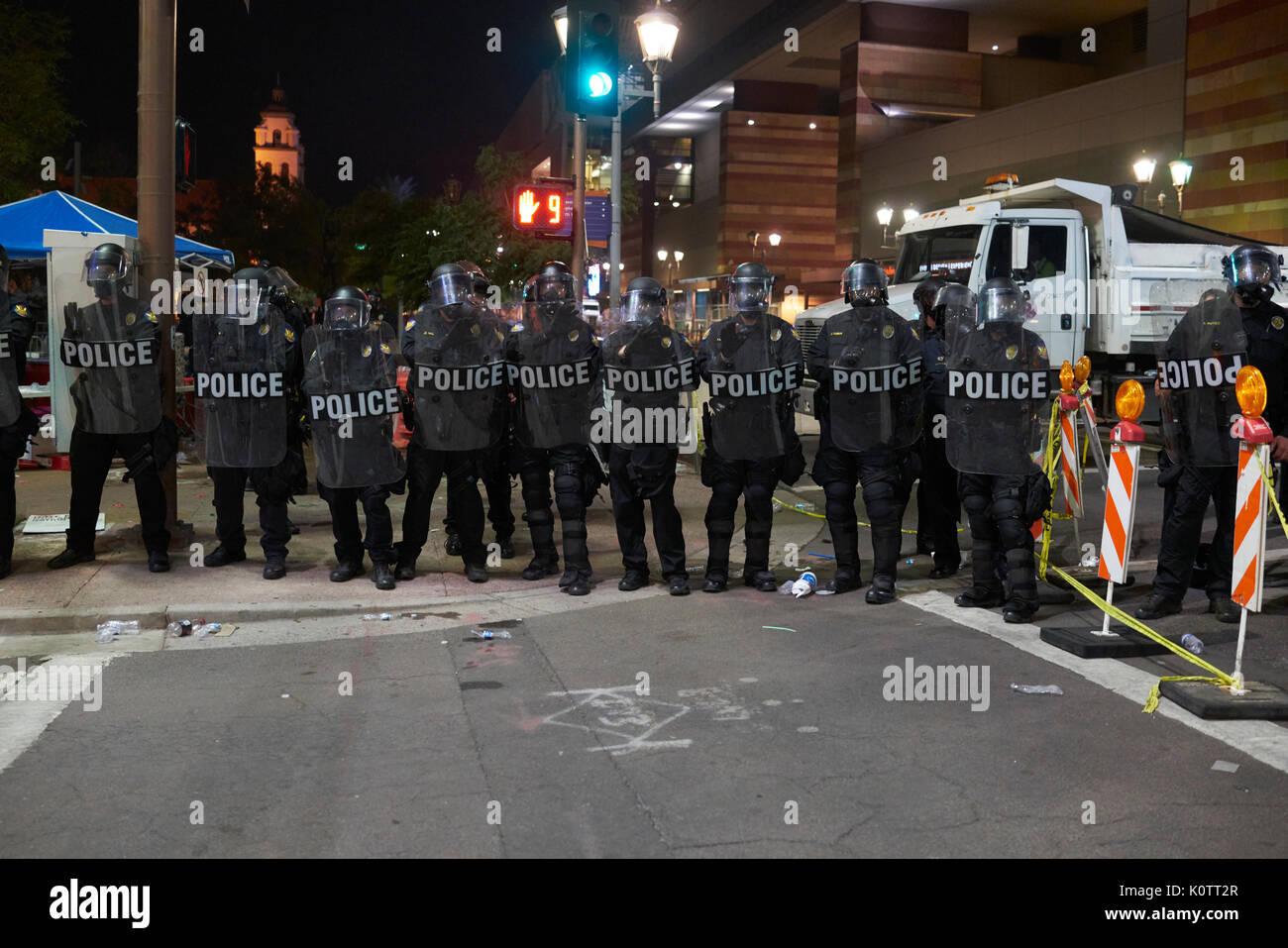 Trump rassemblement à Phoenix Arizona protestataires et partisans Photo Stock