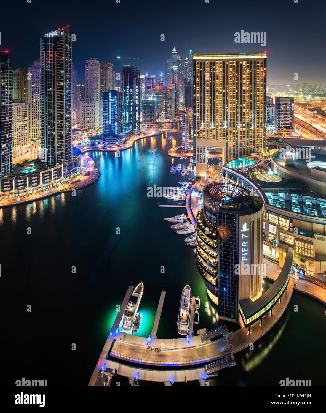 paysage urbain de duba mirats arabes unis au cr puscule avec les gratte ciel lumineux. Black Bedroom Furniture Sets. Home Design Ideas