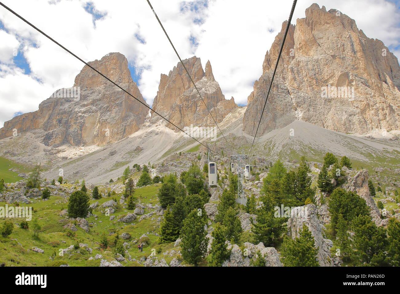 VAL GARDENA, ITALIE - 26 juin 2018: Sassolungo et Sassopiatto montagne vue de la Forcella Sassolungo cable car Photo Stock - Alamy