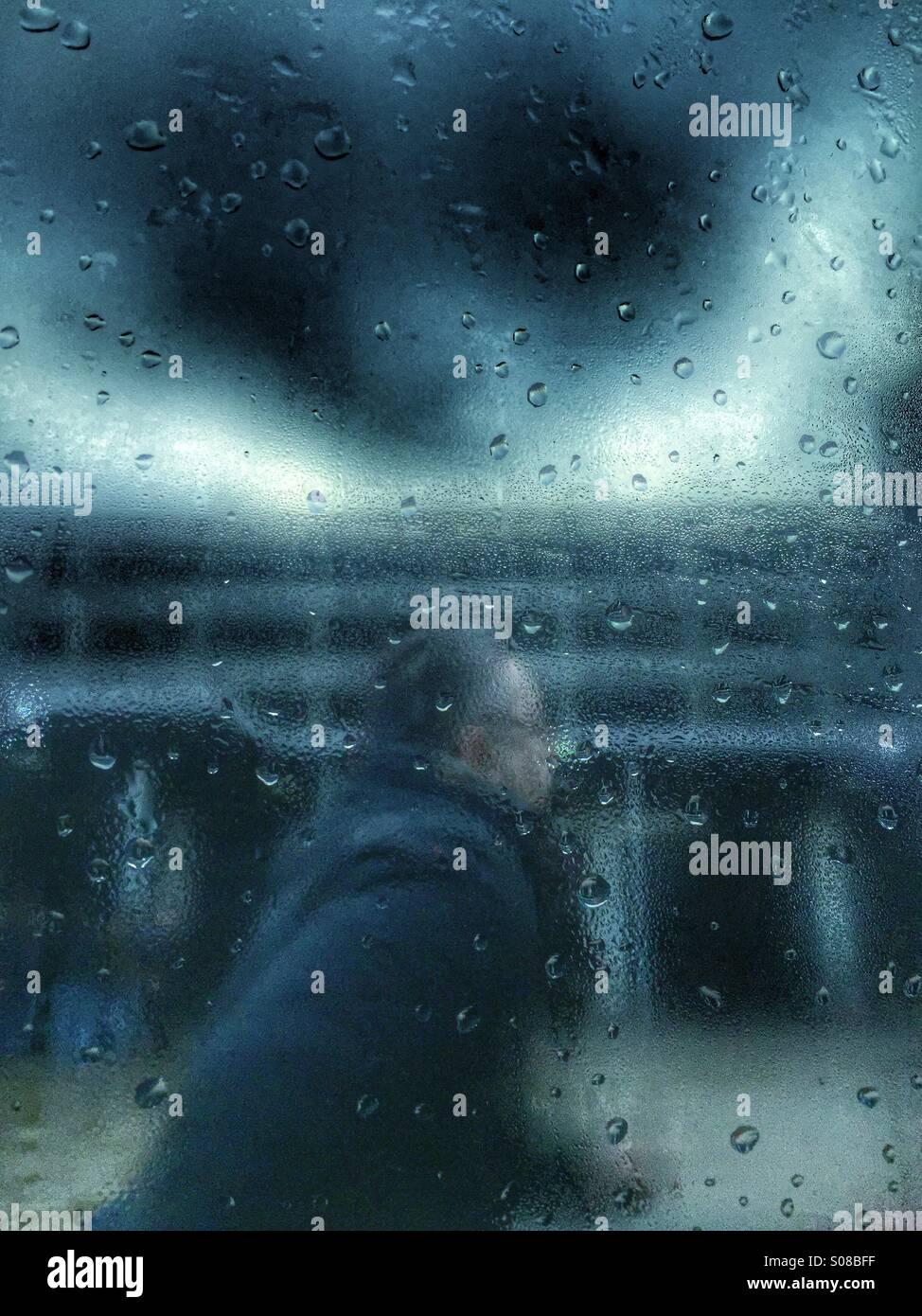 Homme qui court sous la pluie Photo Stock